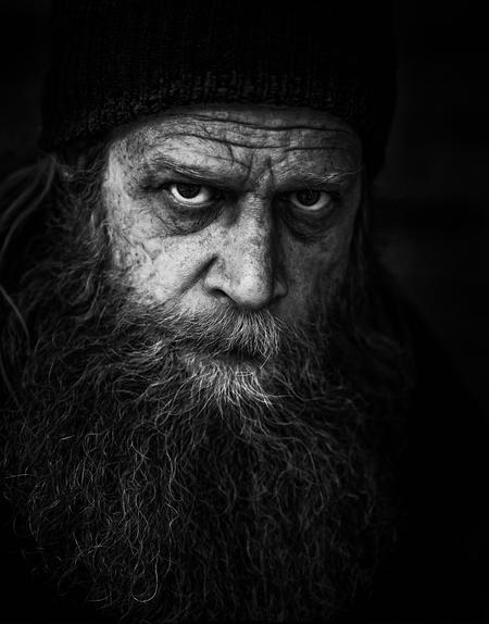 Een zwerver - Zoals je dat gewend bent van een dakloze: lange, warrige haren en een lange baard. Allemaal bij elkaar gespaard tijdens zijn 25-jarig leven op straat - foto door Mauke op 11-04-2021 - locatie: Rotterdam Airportplein, 3045 AP Rotterdam, Nederland - deze foto bevat: voorhoofd, neus, wenkbrauw, oog, baard, kaak, gezichtshaar, rimpel, snor, duisternis