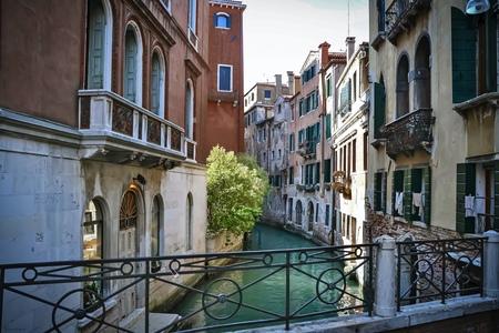 Venetië - Romantische stad op het water - foto door Dianavandenheuvel op 12-04-2021 - locatie: Venetië, Italië - deze foto bevat: venster, eigendom, gebouw, blauw, azuur, armatuur, lucht, hek, huis, buurt