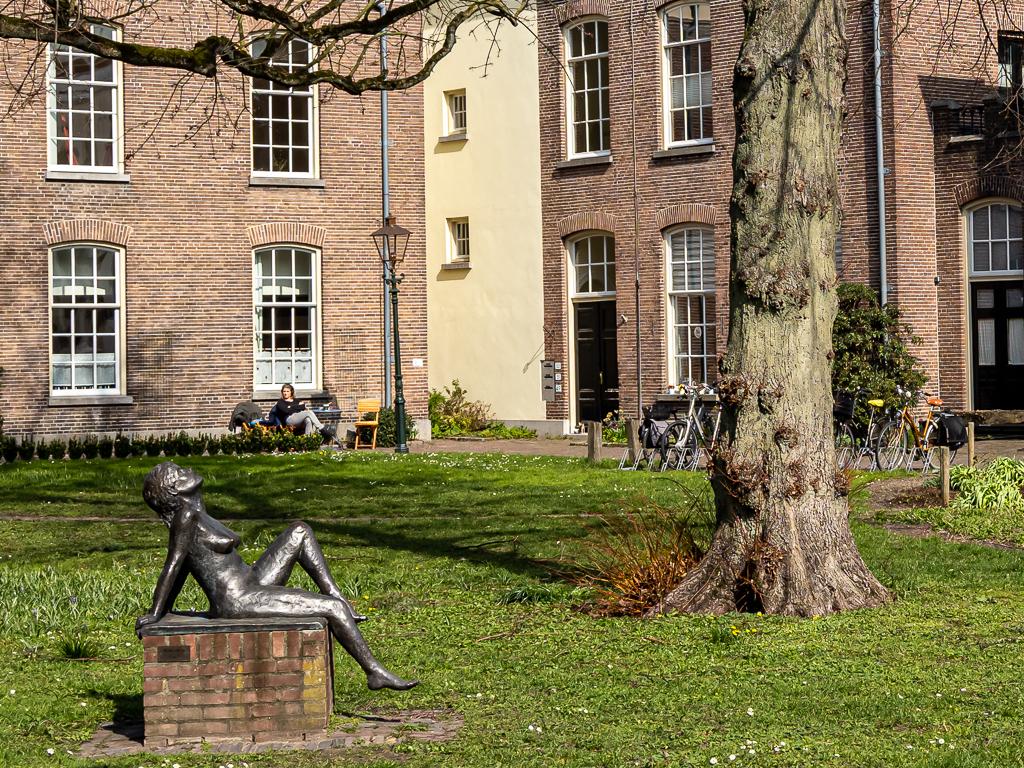 In het zonnetje - XXX - foto door Jaap93 op 12-04-2021 - locatie: Zutphen, Nederland - deze foto bevat: fabriek, gebouw, venster, eigendom, groen, boom, gras, biome, muur, openbare ruimte