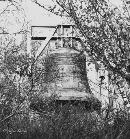 Het besef - Dodenherdenking - foto door Bos-108872 op 05-05-2021 - locatie: 2597 AK Wassenaar, Nederland - deze foto bevat: fabriek, toren, gras, elektriciteit, monochroom, gebouw, boom, takje, bovengrondse hoogspanningslijn, monochrome fotografie