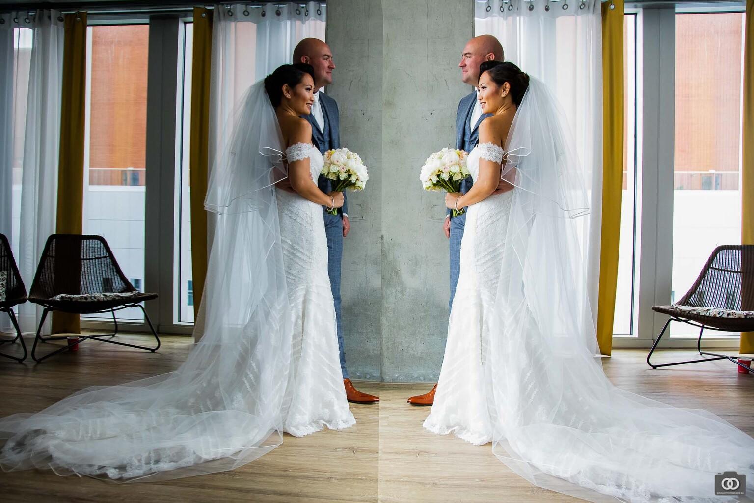 Reflectie - Reflectie van een bruidspaar in een gigantische tv op een hotelkamer - foto door robinlooy op 12-04-2021 - locatie: Wilhelminakade 137, 3072 AP Rotterdam, Nederland - deze foto bevat: fotografie, bruiloft, trouwen, trouwfotograaf, trouwfotografie, stel, koppel, bruidspaar, spiegel, reflectie, bruid, bruidegom, bruidsfotografie, bruidsfotograaf, trouwjurk, schouder, bruid, jurk, bruidskleding, bruids feestjurk, flitsfotografie, bloem, japon, gelukkig