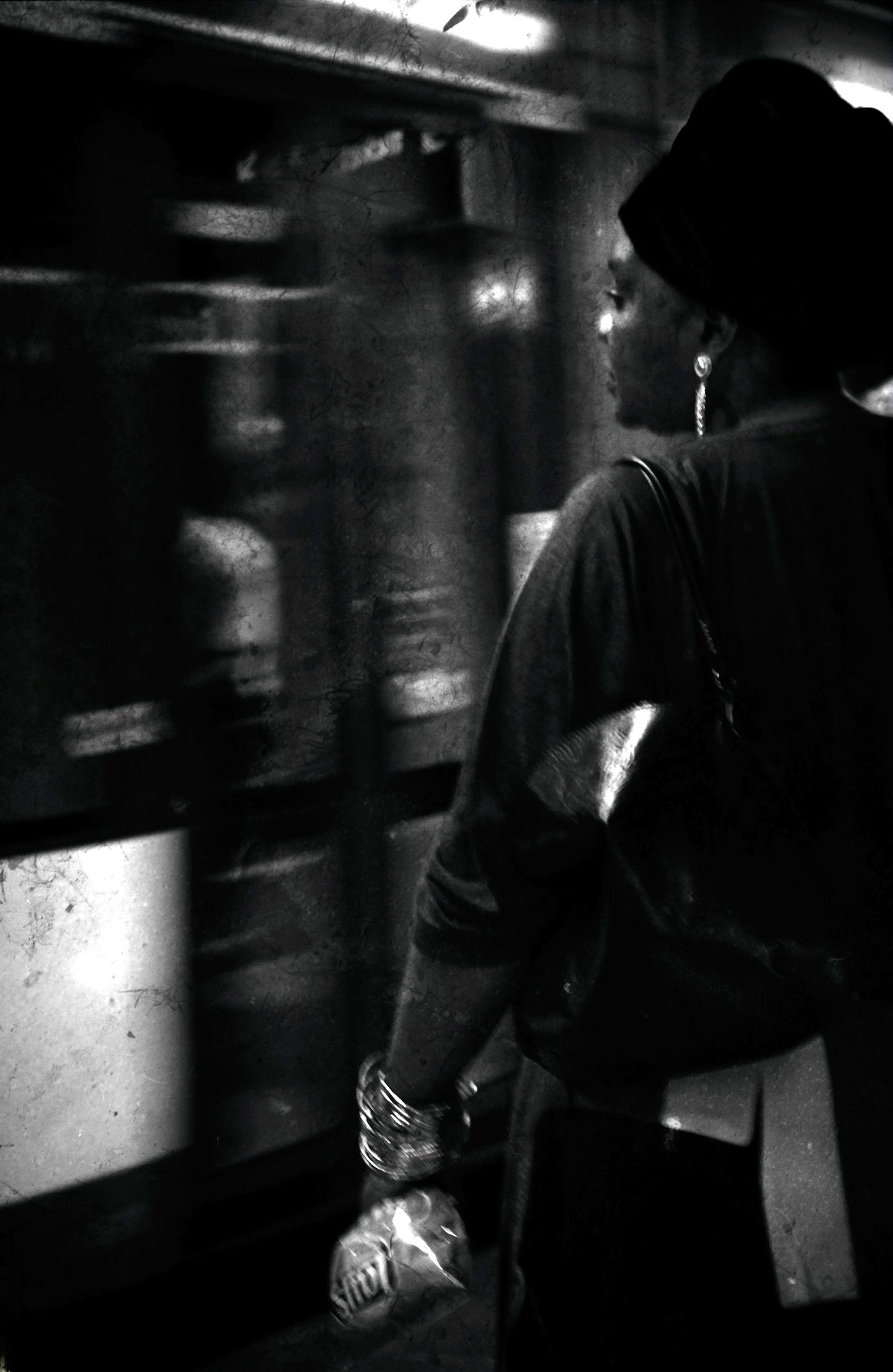 from the underground - groot zien aug  de Zwitserse  fotograaf Willy Spiller ontdekt die  jarenlang mensen in de New Yorkse metro fotografeerden .  Dit in de metro van Antw - foto door c.buitendijk53 op 15-04-2021 - deze foto bevat: metro,, subway,, u bahn,, openbaarvervoer, antwerpen, zwart, flitsfotografie, staand, heeft, zwart en wit, stijl, cap, monochrome fotografie, duisternis, monochroom