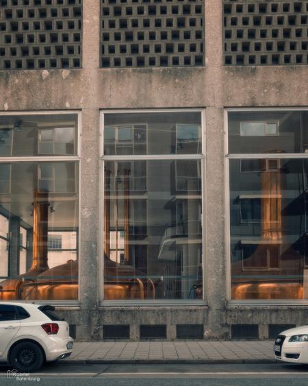 De bierbrouwerij - Een lokale bierbrouwerij. - foto door gabriel-batenburg1969 op 10-04-2021 - deze foto bevat: #munchen, #straatfotografie, auto, landvoertuig, voertuig, gebouw, fotograaf, wiel, licht, band, automotive verlichting, automotive ontwerp