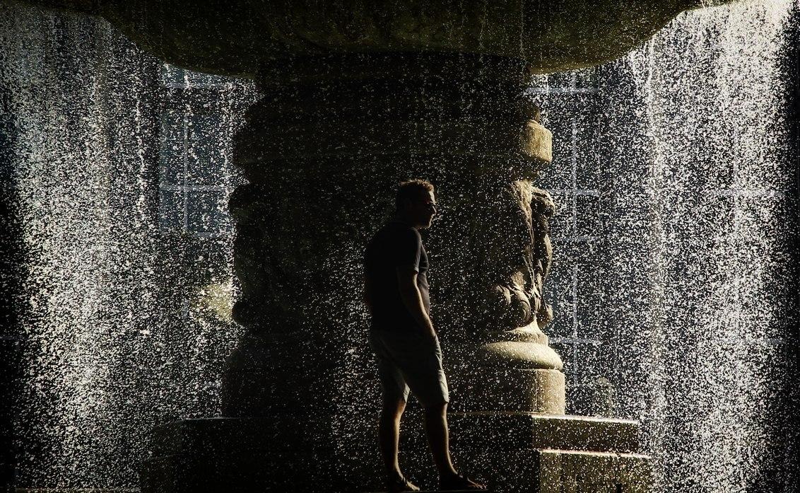 Het regent - Het regent - foto door pjhtheunissen op 16-04-2021 - locatie: München, Duitsland - deze foto bevat: regen, water, licht, munchen, duitsland, water, mensen in de natuur, flitsfotografie, lichaam van water, lijn, lettertype, tinten en schakeringen, monochrome fotografie, monochroom, waterornament