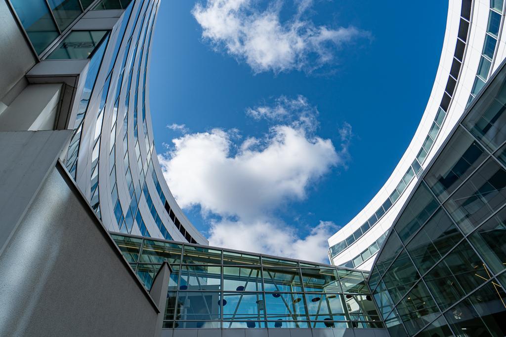 Den Haag 6 - XXX - foto door Jaap93 op 15-04-2021 - locatie: Den Haag, Nederland - deze foto bevat: den haag, lucht, wolk, dag, blauw, azuur, armatuur, gebouw, symmetrie, grootstedelijk gebied, facade