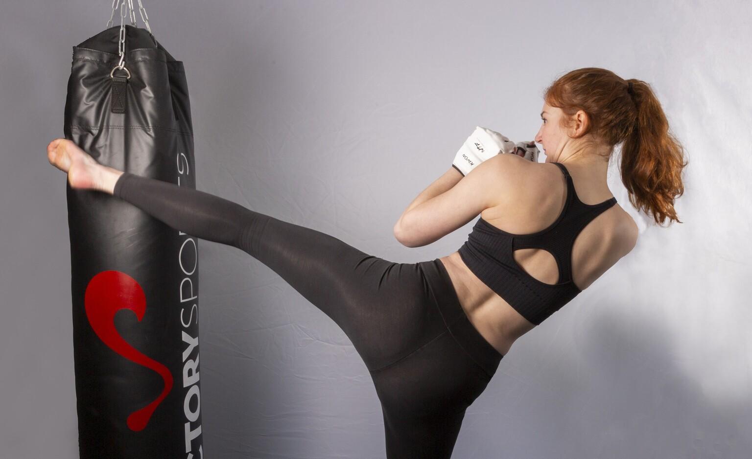 Trappen op de bokszak - Nu de sportscholen nog niet open zijn kun je best lekker trainen op een eigen bokszak. - foto door Rohan600 op 12-04-2021 - locatie: Nederland - deze foto bevat: sport, taekwondo, trappen, bokszak, trainen, model, schoen, hand, arm, schouder, been, flitsfotografie, menselijk lichaam, nek, jurk, mouw