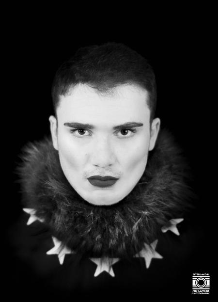 Fashion Star - Fashion Star - foto door NoLayersPhotography op 13-04-2021 - deze foto bevat: portret, zwart wit, model, man, fashion, fotoshoot, studio, voorhoofd, neus, haar, lip, nek, flitsfotografie, kaak, bontkleding, baard, wimper
