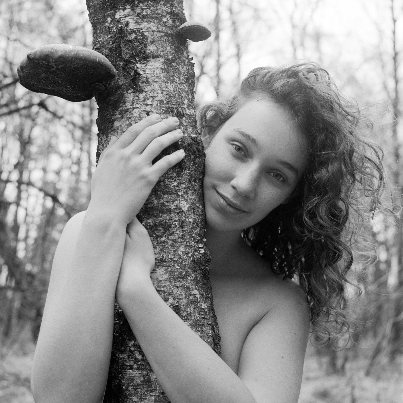 Noa - Rolleiflex T, Ilford HP5+ - foto door alexander-snel op 12-04-2021 - deze foto bevat: lip, arm, fotograaf, gezichtsuitdrukking, glimlach, wit, mensen in de natuur, natuur, zwart, blad