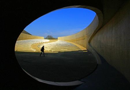 Museum - Museum onder de brug - foto door pjhtheunissen op 16-04-2021 - locatie: Vroenhoven, 3770 Riemst, België - deze foto bevat: museum,, onder de brug, vroenhoven, belgie, lucht, armatuur, tinten en schakeringen, cirkel, landschap, horizon, kunst, ruimte, astronomisch object, symmetrie