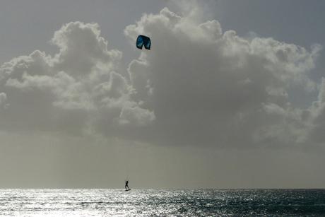 surfer springt een gat in de lucht