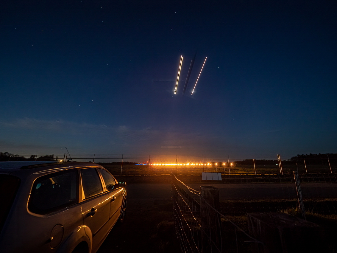 Final approach - een rustige avond bij vliegveld Eelde - foto door jrubels op 10-04-2021 - locatie: Bunne - deze foto bevat: nacht, vliegtuig, reflectie, auto, lucht, band, voertuig, wiel, automotive verlichting, autoband, vuurwerk, auto, verlichting, venster