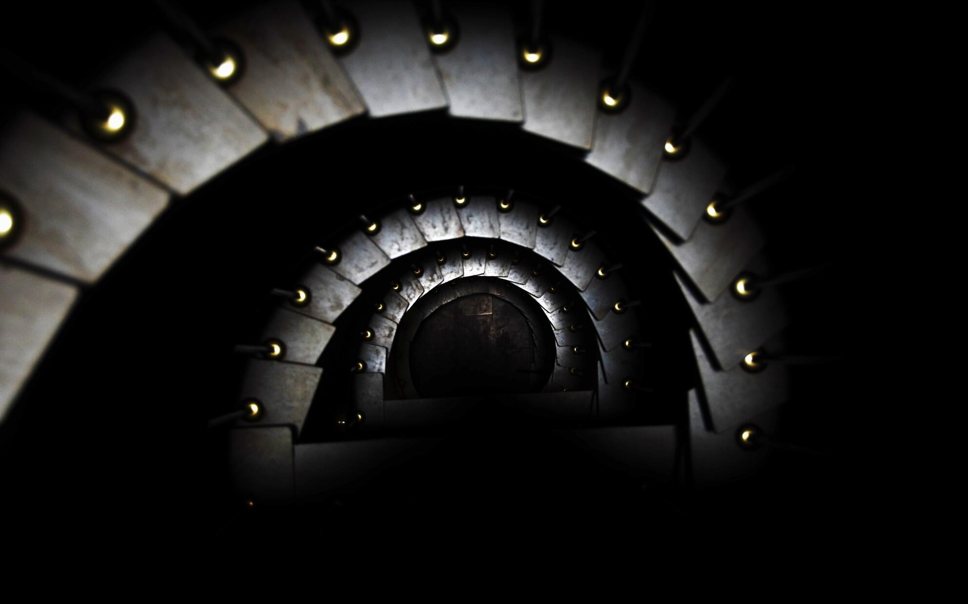 TRAPZAAL IN ZWART WIT - Trapzaal van boven naar beneden - foto door vds1950 op 08-04-2021 - locatie: Mortsel, België - deze foto bevat: flitsfotografie, lucht, autoband, trap, water, cirkel, lettertype, tunnel, symmetrie, automotive wielensysteem