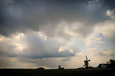 Sint Hubertusmolen - Sint Hubertus molen Genhout/Schimmert - foto door pjhtheunissen op 11-04-2021 - locatie: 6333 Schimmert, Nederland - deze foto bevat: molen, sint hubertus, genhout, wolken, wolk, lucht, atmosfeer, natuur, fabriek, zonlicht, natuurlijk landschap, nagloeien, cumulus, gras
