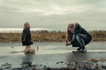 Een foto van een foto - Mijn vriendin maakt een foto van onze dochter die door de plassen aan het rennen is - foto door stevendijk3 op 13-04-2021 - locatie: Nederland - deze foto bevat: mensen, kind, foto maken, plas, water, wolk, lucht, water, broek, bovenkleding, been, gewervelde, mensen in de natuur, flitsfotografie, natuurlijk landschap