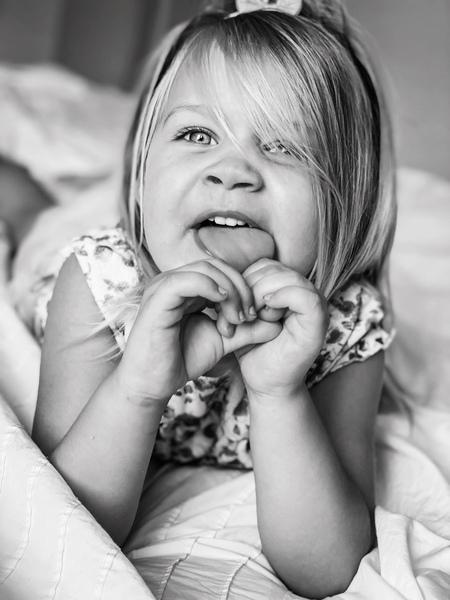 Dochter - .. - foto door Ogenblikfoto op 12-04-2021 - deze foto bevat: meisje, kind, kinderen, ondeugend, zwart-wit, ogen, haar, wang, glimlach, huid, hoofd, lip, kapsel, arm, oog, fotograaf