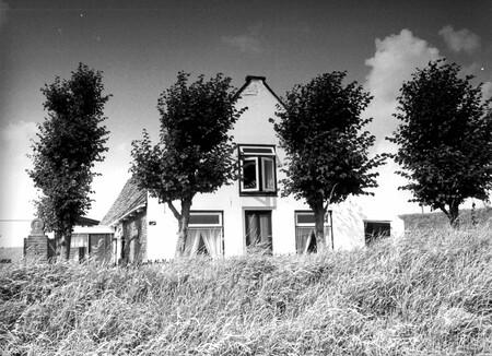 Boerderij in Spaarnwoude - Boerderij in Spaarnwoude - foto door KdV59 op 05-05-2021 - locatie: 2064 KS Spaarnwoude, Nederland - deze foto bevat: fabriek, lucht, gebouw, atmosfeer, wolk, venster, boom, natuurlijk landschap, huis, zwart en wit
