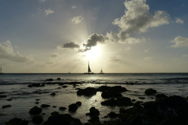 tegenlicht - rust op het water - foto door Krea10 op 14-04-2021 - locatie: Aruba - deze foto bevat: wolk, water, lucht, atmosfeer, watervoorraden, licht, natuur, schemer, nagloeien, zonsopkomst