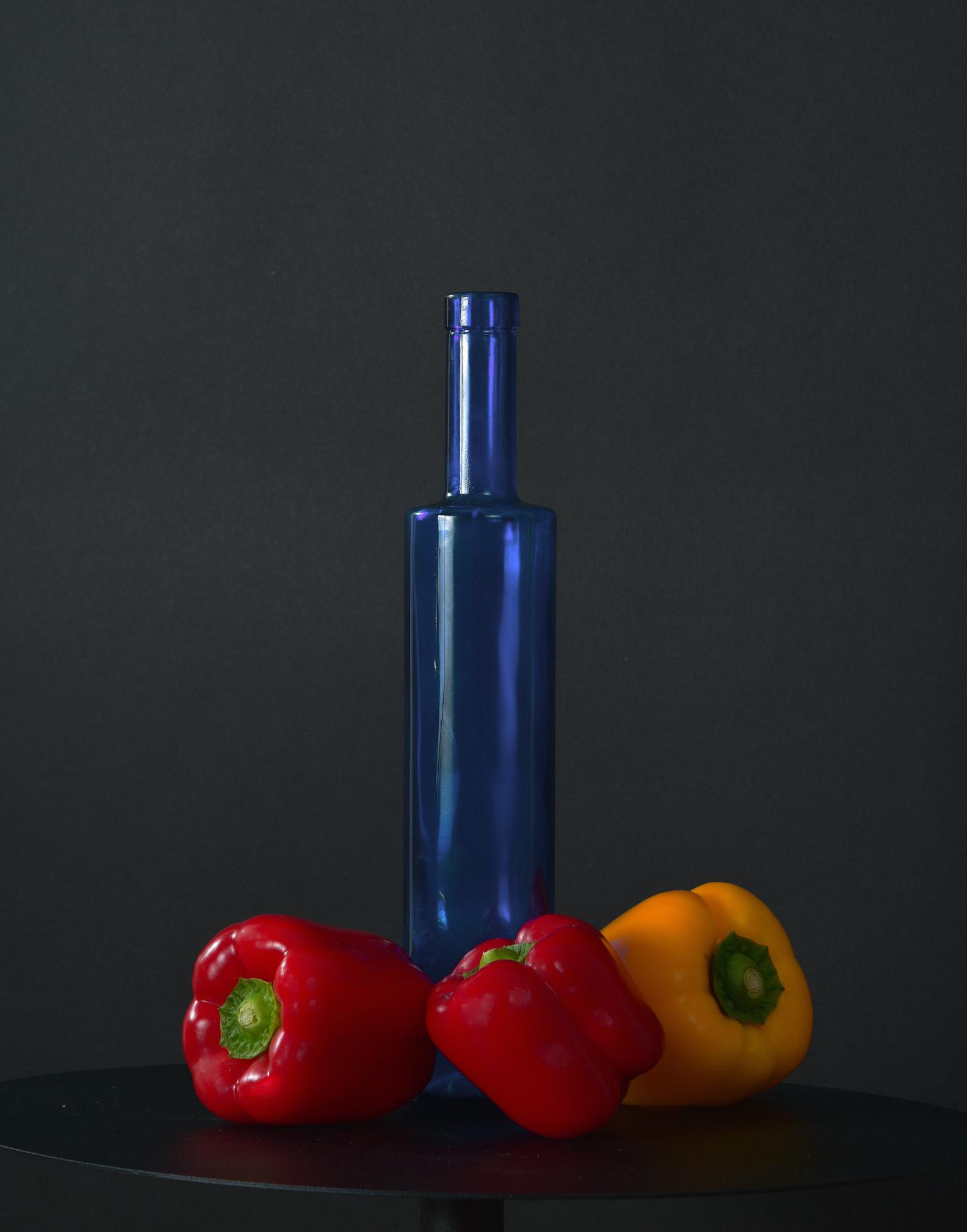 RGB feestje - De blauwe fles waar olijfolie in zat staat centraal in mijn stillevens, die op canvas in 60x80 aan de muur hangen. - foto door erikluigies op 10-04-2021 - locatie: Dordrecht, Nederland - deze foto bevat: vloeistof, fles, plastic fles, natuurlijk voedsel, chili peper, rode paprika, waterfles, plastic, produceren, elektrisch blauw