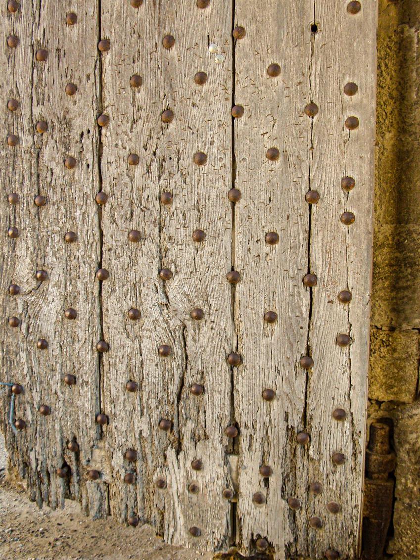 Mooie oude deur  - Ergens in de Provence - foto door irenas op 15-04-2021 - deze foto bevat: frankrijk, oud, hout, deur, bruin, hout, kofferbak, fabriek, gras, houtachtige plant, boom, tinten en schakeringen, patroon, takje