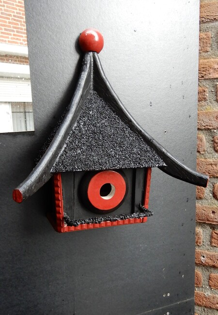 direct beschikbaar - het nieuwe vogelhuisje dat wij in Enter gekocht hebben bij iemand die een voorliefde heeft voor Japanse tuinen, we hebben daar al meer fraaie tuinspu - foto door Tonny1946 op 14-04-2021 - locatie: 7468 Enter, Nederland - deze foto bevat: vogelhuisje, spiegel, zwart, rood, stenen muur, enter, april 2021, venster, blad, hout, boom, grijs, door, gebouw, muur, takje, steen