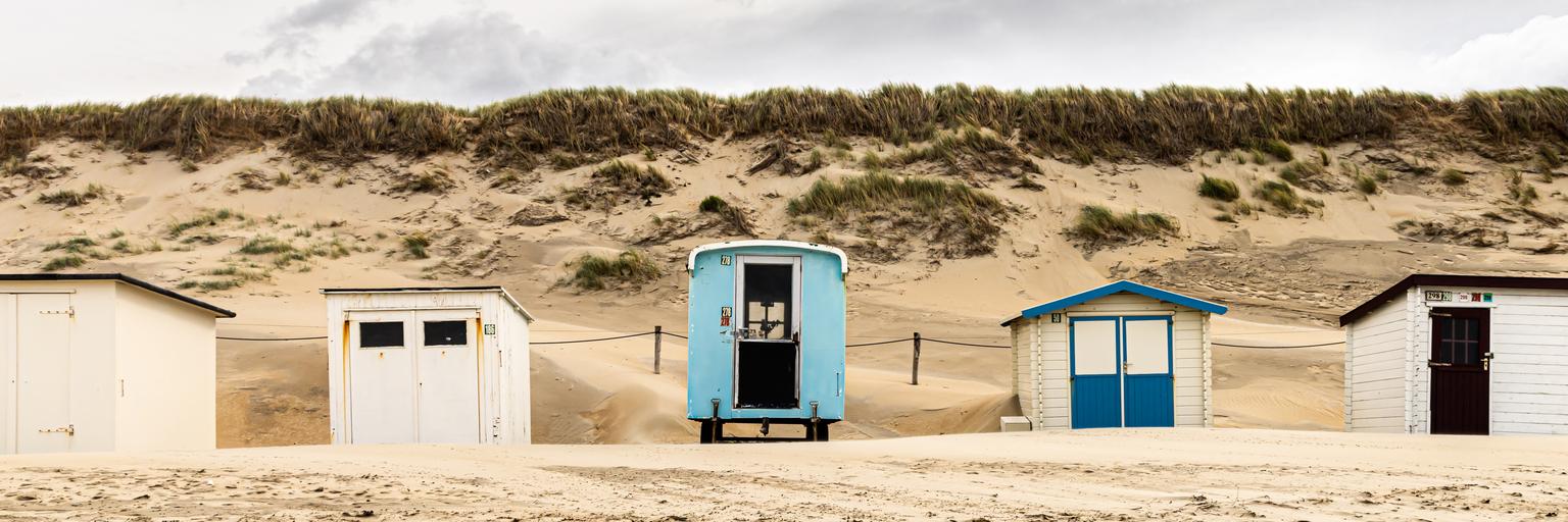 beach houses - strand van texel - foto door Aaddevogel op 14-04-2021 - locatie: Texel, Nederland - deze foto bevat: strandhuis, strand, texel, lucht, zee, wolk, lucht, fabriek, ecoregio, blauw, azuur, door, architectuur, venster, hout