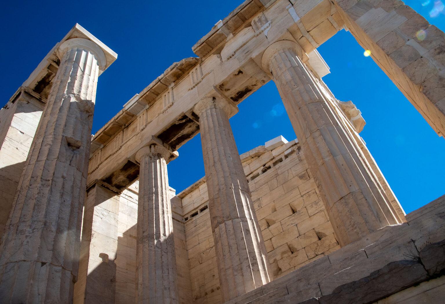 Akropolis - Ruine Akropoli - foto door fotorik op 10-04-2021 - locatie: Athene, Griekenland - deze foto bevat: lucht, tempel, gebouw, oude griekse tempel, monument, tempel, archeologische site, facade, kolom, romeinse tempel