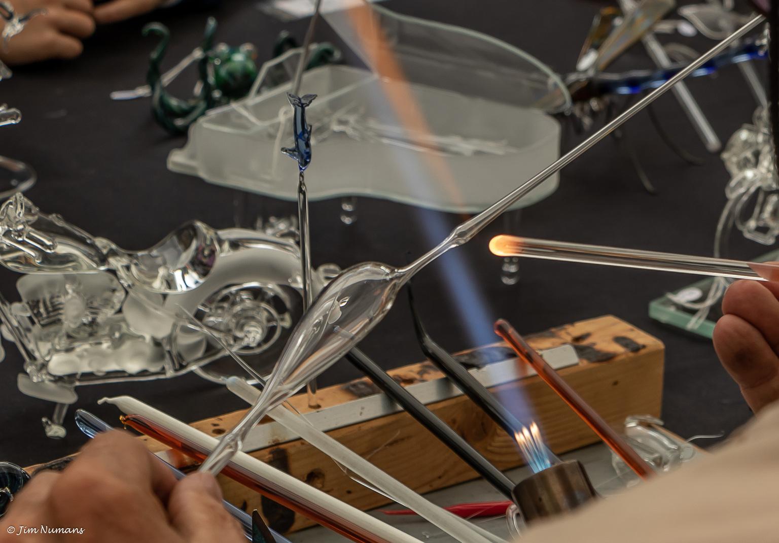 De glasblazer 2 - Nog één van de glasblazer, maar uit een andere hoek. Bewust gedaan, om ook iets van zijn werk te laten zien. - foto door Jimbob op 14-04-2021 - locatie: 5386 Geffen, Nederland - deze foto bevat: handen, nijberheid, glasblazer, automotive ontwerp, motorvoertuig, engineering, kap, voertuig, auto onderdeel, metaal, glas, automotive buitenkant, evenement