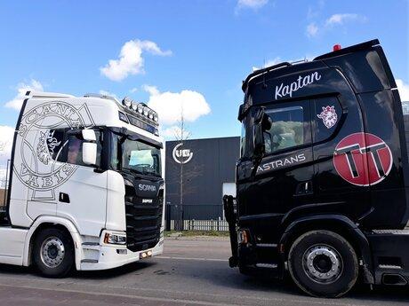 20210415  133838  Naaldwijk  twee DIKKE  Scania trekkers  Zw Wit  15 april 2021