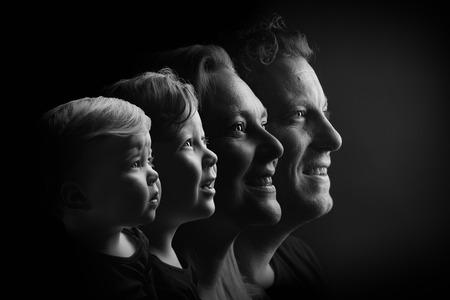 Gezinsportret - Lekker knippen en plakken na een superfijne reportage. Vooral de jongste van precies een jaar was een uitdaging - foto door nathaliedb op 10-04-2021 - deze foto bevat: photoshop, lowkey, familie, generatie, zwartwit, menselijk lichaam, flitsfotografie, kaak, nek, gebaar, kunst, glimlach, duisternis, monochrome fotografie, evenement