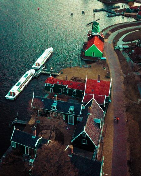 Zaanse schans anno 21 - De zaanseschans is iedere dag anders.. En dat vind ik zo mooi. Even een andere compositie, net iets anders dan anders.  Yeah! - foto door mauricioheruer op 16-04-2021 - locatie: Zaanse Schans, 1509 Zaandam, Nederland - deze foto bevat: water, groen, voertuig, wereld, waterscooters, boot, stedelijk ontwerp, lijn, landschap, kunst