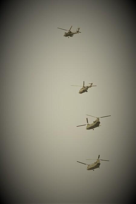 kwartet - vier leger Helikopters  in de vlucht En in een plaatje kunnen vangen  geen perfect plaatje maar een mooi moment. - foto door mieke58 op 14-04-2021 - locatie: 5258 Berlicum, Nederland - deze foto bevat: helikopters, grijs, vliegtuigen, lucht, vliegtuig, luchtvaart, voertuig, vliegreizen, lucht- en ruimtevaartfabrikant, vleugel, militair vliegtuig, luchtvaartmaatschappij