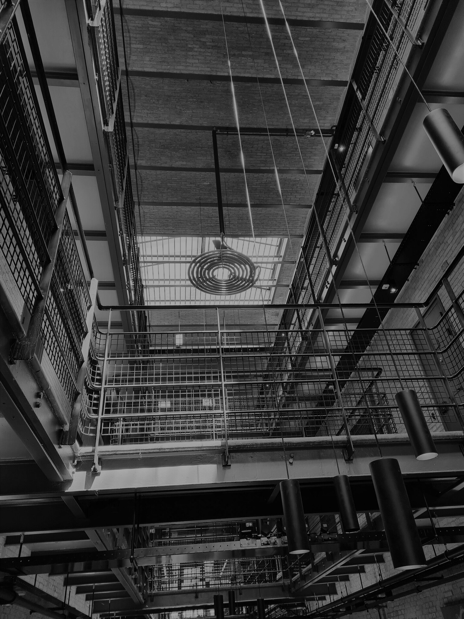 Blokhuispoort Leeuwarden - De oude gevangenis van Leeuwarden waar kunstenaars hun atelier hebben in de oude cellen - foto door Matthieu1234 op 10-04-2021 - locatie: Zuidergrachtswal 11-27, 8933 AE Leeuwarden, Nederland - deze foto bevat: prison, blokhuispoort, geschiedenis, architectuur, leeuwarden, artist, symmetrie, geometrie, verlichting, modernisme, strak, abstract, armatuur, verlichting, straal, architectuur, stijl, lijn, zwart en wit, dak, stad, symmetrie