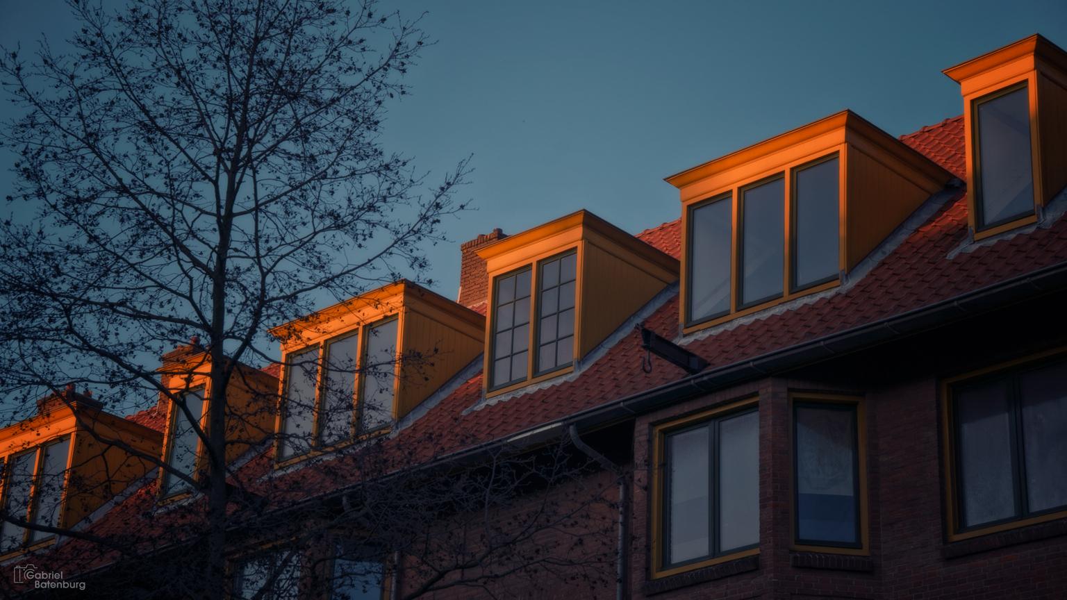 De laatste zon - Zonsondergang in Amsterdam. de daken vangen het laatste licht - foto door gabriel-batenburg1969 op 12-04-2021 - locatie: Amsterdam, Nederland - deze foto bevat: #amsterdam, #zonsondergang, venster, lucht, gebouw, fabriek, boom, hout, wolk, steen, metselwerk, schemer