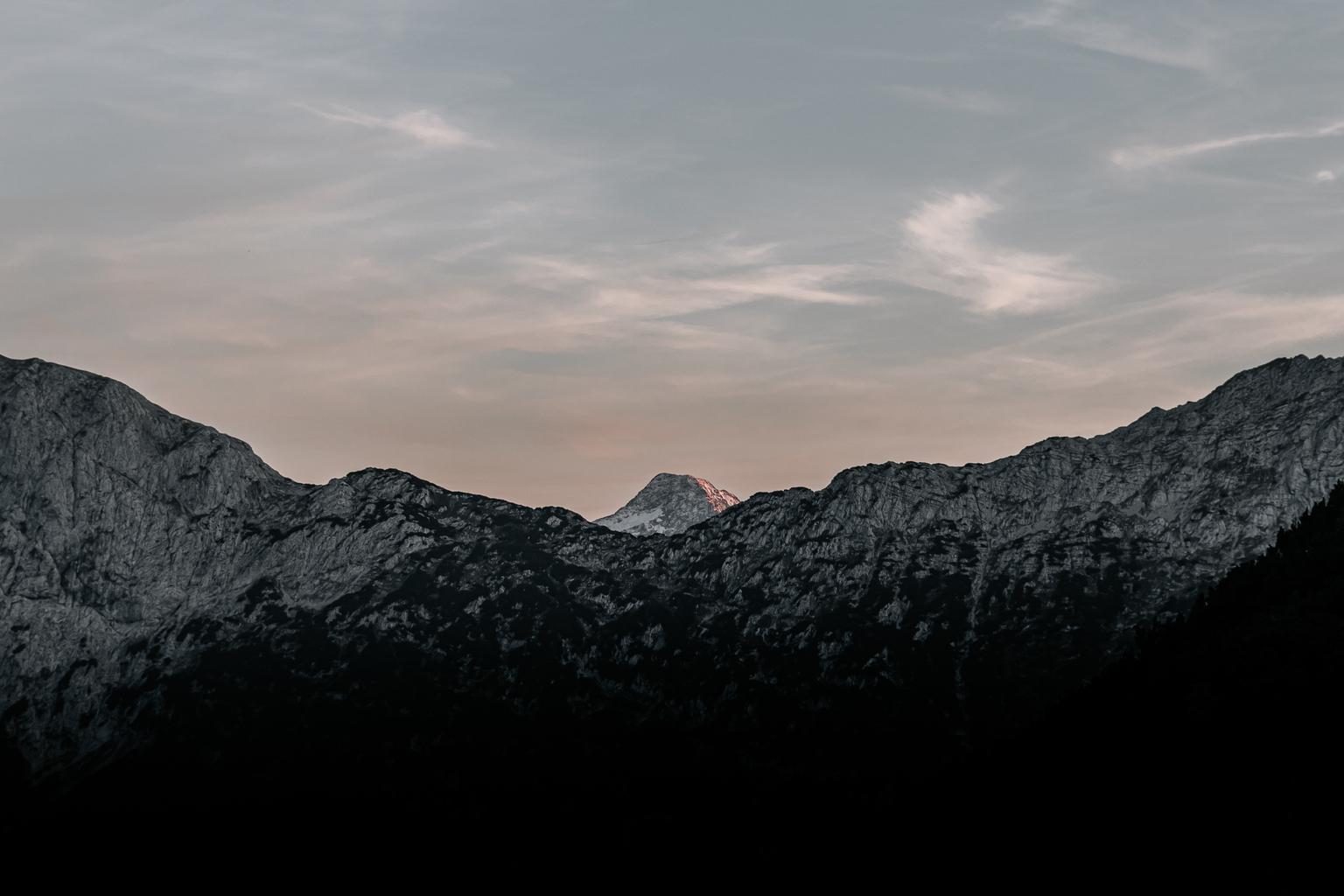 Distance peak. - https://www.facebook.com/ShotByCanipel/ https://www.instagram.com/canipel/ - foto door canipel op 16-04-2021 - locatie: Oostenrijk - deze foto bevat: bergen, minimal, minimalistisch, zonsondergang, landschap, natuur, lucht, avond, oostenrijk, alpen, wandelen, wandeltochten, duurzaam, buiten, licht, perspectief, wolk, lucht, berg, nagloeien, helling, schemer, natuurlijk landschap, hoogland, zonsondergang, zonsopkomst