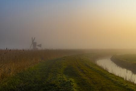 Ochtendwandeling - Prachtige wandeling in de vroege morgen met mist. - foto door ConniePosthuma op 04-05-2021 - locatie: Heiloo, Nederland - deze foto bevat: landschap, molen, mist, ochtend, riet, zonsopgang, lucht, fabriek, atmosfeer, natuurlijk landschap, wolk, mist, land veel, boom, gras, atmosferisch fenomeen