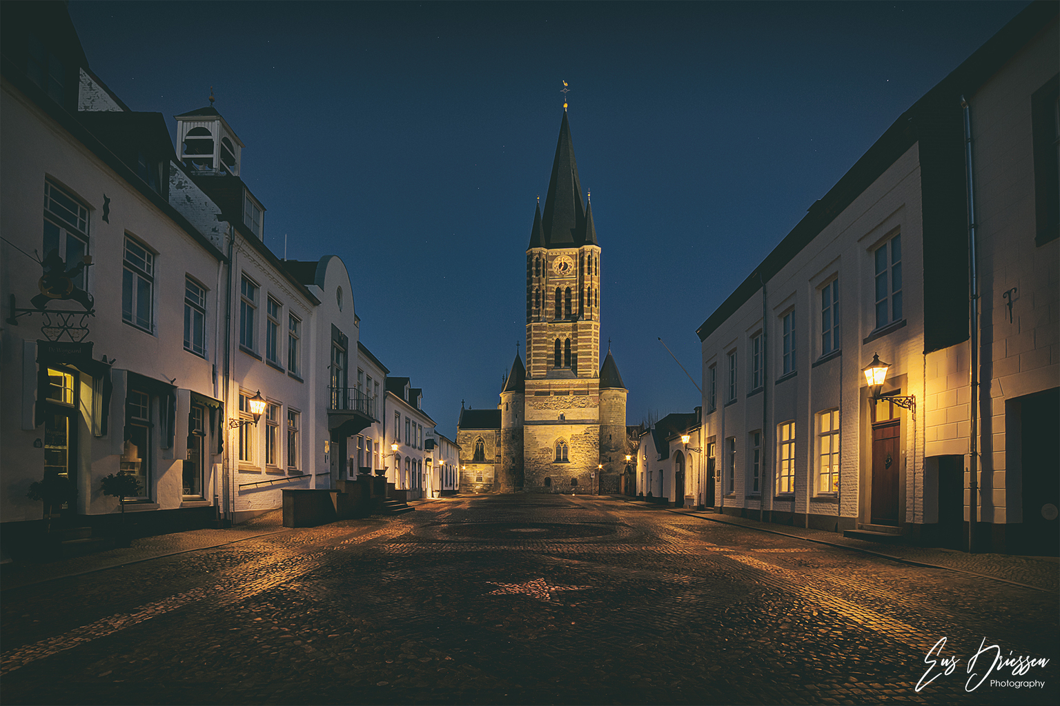 De Wijngaard Thorn - Thorn is een klein stadje in het westelijke deel van Limburg op de westelijke oever van de Maas. Thorn staat bekend als het witte stadje dit logische - foto door EusDriessen op 12-04-2021 - locatie: 6017 Thorn, Nederland - deze foto bevat: thorn, witte stadje, limburg, avondfotografie, historisch, kerk, abdij, hdr, venster, lucht, gebouw, weg oppervlak, verlichting, schemer, stad, middernacht, facade, weg