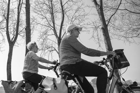 Fietsen - Uitwaaien in de polder - foto door karindevries57 op 07-04-2021 - deze foto bevat: nikon z6, fietsen, man, vrouw, lente, polder, zwartwit, zonnig, mooi weer, band, wiel, voertuig, lucht, autoband, motorvoertuig, zwart, mensen in de natuur, motorfiets, boom