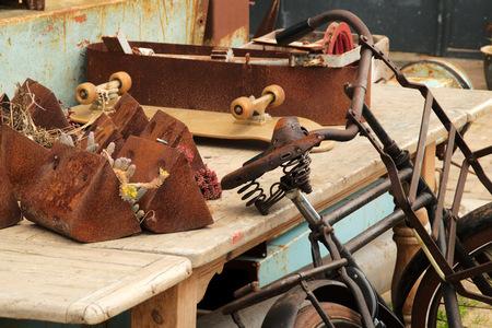 """Oude """"werkplek"""" - Achtergebleven gedoe in het havengebied. - foto door Erik-54 op 07-04-2021 - deze foto bevat: oud, vintage, fiets, werk, hout, bagage en tassen, zak, fietsstuur, fietsband, motorvoertuig, metaal, machine, handtas, tool"""