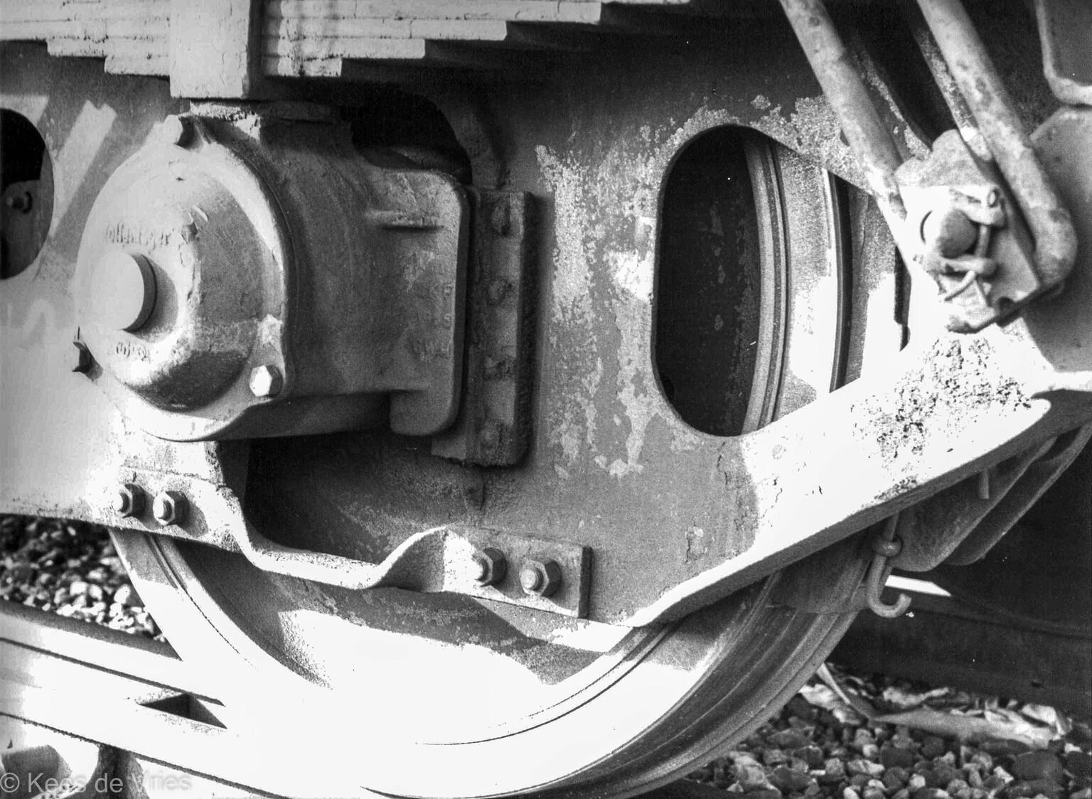Rollend materieel - Wiel van een oude treinwagon - foto door KdV59 op 05-05-2021 - locatie: Amsterdam, Nederland - deze foto bevat: fotograaf, automotive verlichting, autoband, motorvoertuig, zwart, automotive ontwerp, bumper, automotive buitenkant, zwart en wit, stijl