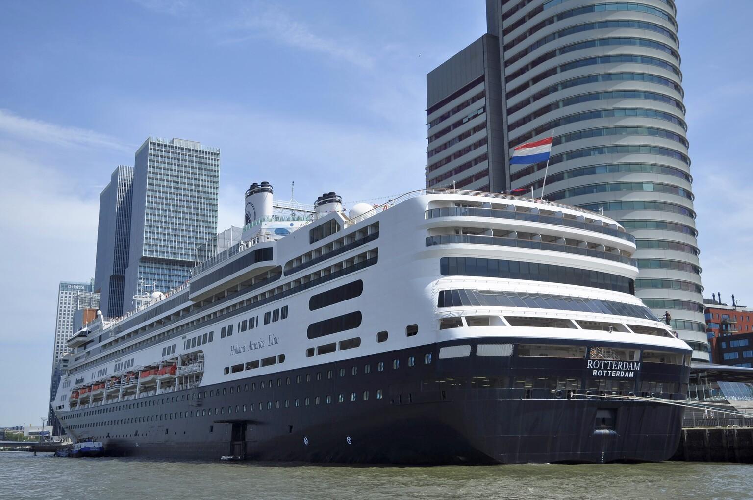 Schip - ms Rotterdam - foto door mploeg-2701 op 14-04-2021 - locatie: Rotterdam, Nederland - deze foto bevat: water, lucht, wolk, gebouw, boot, wolkenkrabber, waterscooters, naval architectuur, voertuig, cruiseferry
