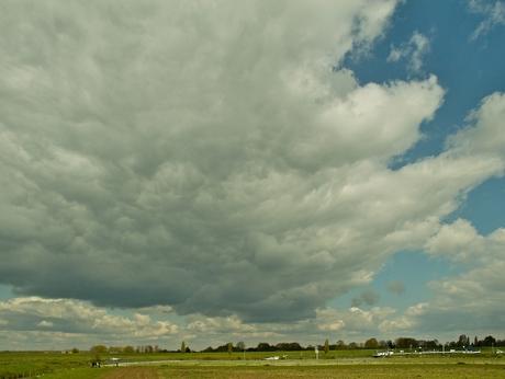 Wolkenlucht boven de Maas
