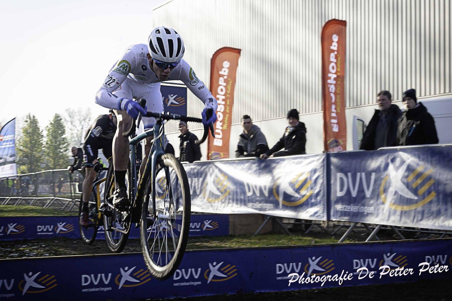 Photography - Cross Hamme België - foto door focuscabrio op 14-04-2021 - locatie: 9220 Hamme, België - deze foto bevat: fiets, fietsshirt, fietshelm, band, wiel, fietsen - uitrusting en benodigdheden, helm, fietswiel, sportuitrusting, fietsframe
