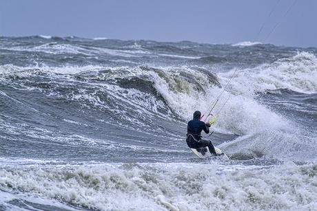 Kitesurfen met windkracht 8 op de Noordzee