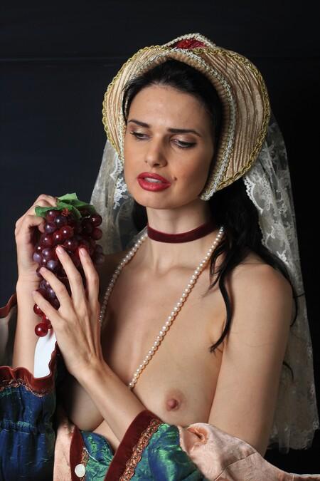 Zoi (Middeleeuws) - Model: Zoi - foto door MathieuMagne op 14-04-2021 - deze foto bevat: topless, middeleeuws, model, vrouw, huid, lip, hand, kapsel, wimper, flitsfotografie, mode, nek, gebaar, stijl