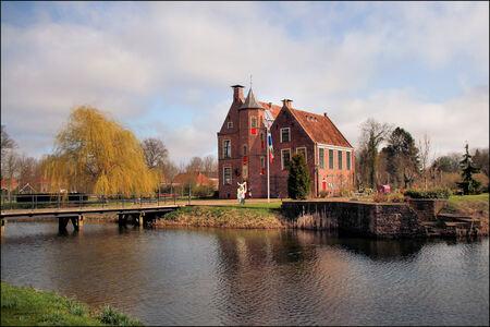 Burcht te Wedde - Momenteel in gebruik als kinderhotel - foto door Teunis Haveman op 07-04-2021 - locatie: 9698 Wedde, Nederland - deze foto bevat: water, wolk, lucht, fabriek, gebouw, natuurlijk landschap, boom, venster, meer, huis