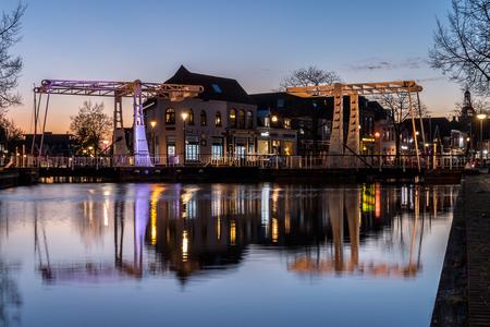 Meppel - Twee bruggen in Meppel - foto door Fictorie op 12-04-2021 - deze foto bevat: meppel, water, lucht, fabriek, licht, boom, gebouw, verlichting, schemer, waterloop, meer