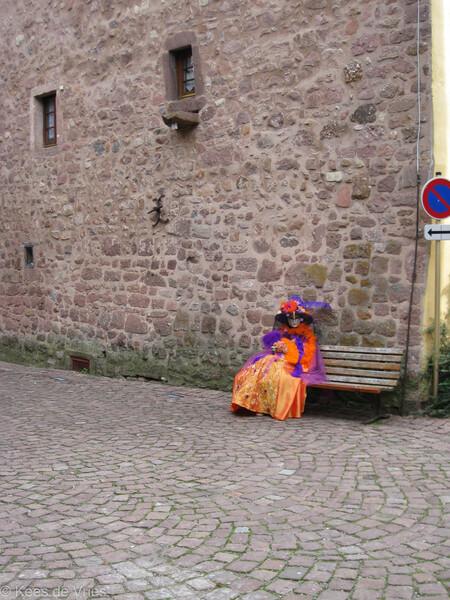 Elzas 2012 - Venetiaanse Parade in Riquewihr in de Elzas - foto door KdV59 op 05-05-2021 - locatie: 68340 Riquewihr, Frankrijk - deze foto bevat: fabriek, weg oppervlak, vloeren, muur, steen, door, weg, asfalt, reizen, facade