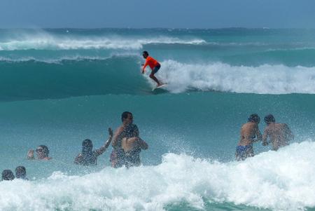 golvenhoge branding - we redden ons wel - foto door Krea10 op 14-04-2021 - locatie: Aruba - deze foto bevat: water, surfen, surfplank, lucht, sportuitrusting, azuur, mensen in de natuur, outdoor recreatie, surfuitrusting, sport