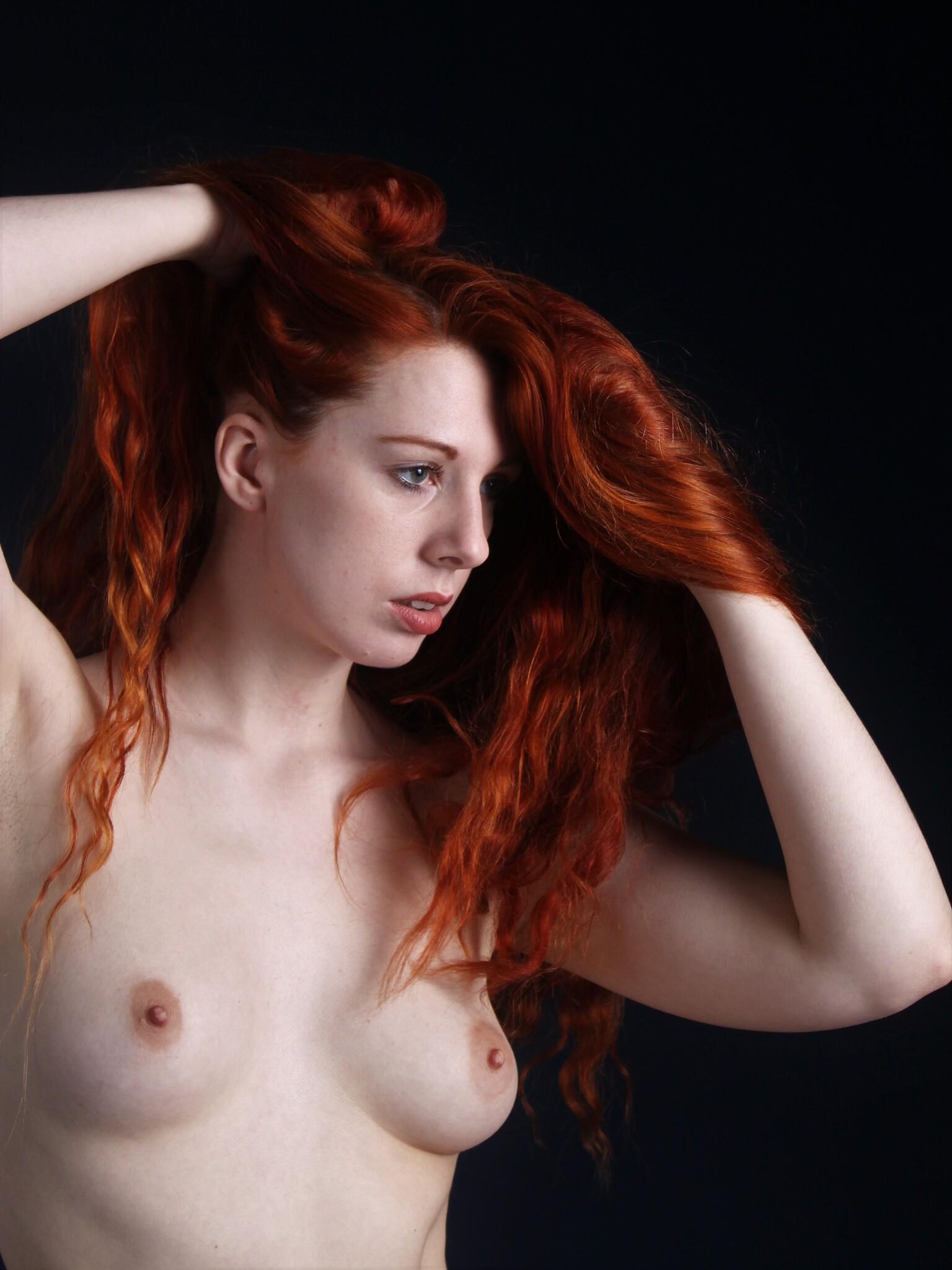 Angharada - Model: Angharada - foto door MathieuMagne op 13-04-2021 - deze foto bevat: topless, roodharige, model, studio, vrouw, gezamenlijk, huid, hoofd, lip, kin, kapsel, wenkbrauw, arm, schouder, wimper