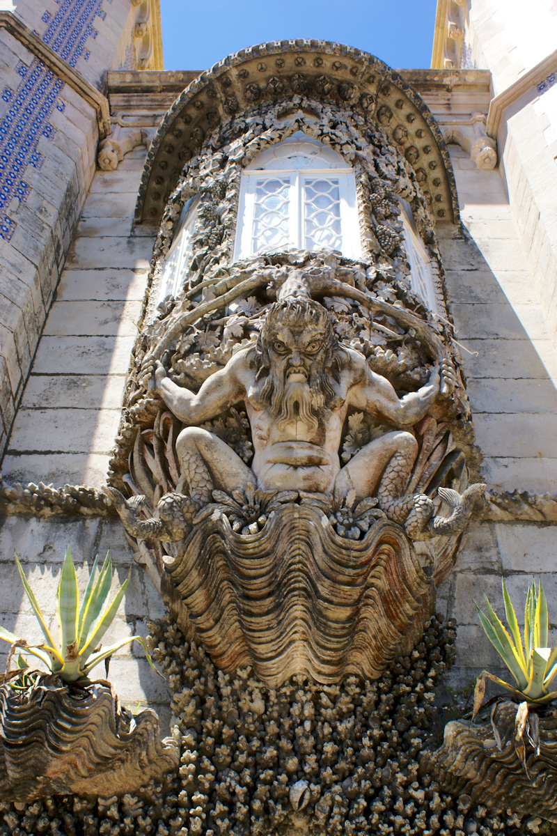 Guardian - Beeld van een suikerbakwerk kasteel - foto door Erik-54 op 15-04-2021 - locatie: 2710 Sintra, Portugal - deze foto bevat: architectuur, kasteel, beeld, eng, sintra, portugal, lucht, beeldhouwwerk, muur, hout, fabriek, facade, symmetrie, standbeeld, artefact, kunst